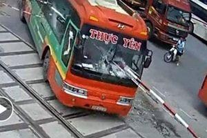 Gác chắn tàu xiên thủng xe khách, nhiều người thoát chết