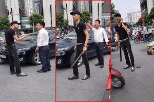 Vượt đèn đỏ va vào ô tô, nam thanh niên cầm điếu cày dọa đánh tài xế giữa Thủ đô