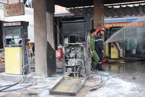Sau khi tiếp nhiên liệu, xe bồn bốc cháy thiêu rụi cả cây xăng ở Quảng Nam