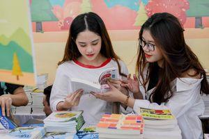 Hội sách mùa thu 2018 thu hút hàng trăm bạn trẻ