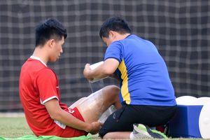 Đình Trọng phải băng bó, đi tập tễnh trước trận gặp Bahrain
