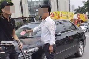 Danh tính người giơ thẻ đỏ sau va chạm giao thông