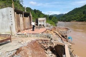 Nhiều hộ dân ở Nghệ An phải di dời khẩn cấp sau lũ