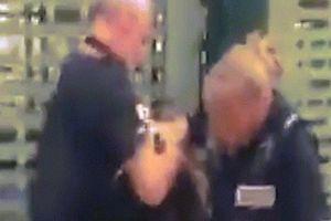 Video cảnh sát Anh thẳng tay tát bé gái 14 tuổi gây sốc
