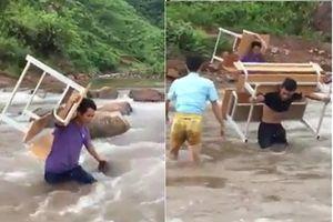 Clip: Xúc động thầy cô giáo cõng bàn ghế vượt qua suối chảy siết