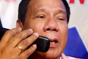 TT Duterte bỏ smartphone, lo sợ CIA 'nghe trộm và ám sát'