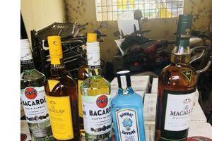 Tạm giữ xe ô tô chở hàng trăm chai rượu ngoại không có giấy tờ hợp lệ
