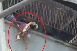 Bé gái bị kẹt đầu ở song sắt ban công, toàn thân treo lơ lửng