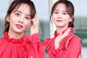 Kim So Hyun xinh như hoa, diện váy đỏ rực rỡ nổi bật tại sân bay