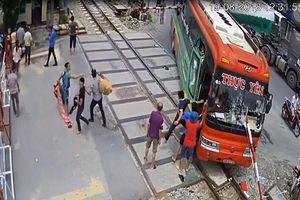 Ô tô bị barie đâm xuyên khi tàu sắp đến, hành khách hoảng loạn bỏ chạy