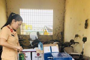 Thanh Hóa: CSGT bắt xe tải chở hàng trăm chai rượu lậu