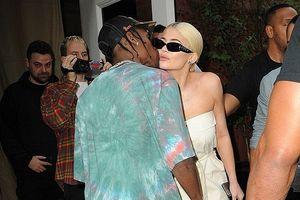 Kylie Jenner gợi cảm, quấn quýt bạn trai không rời