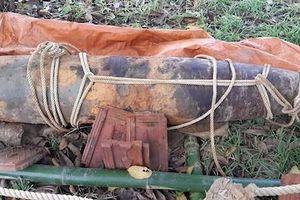 Đi làm đồng, nông dân Nghệ An phát hiện quả bom nặng gần 1 tấn