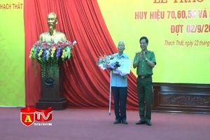 Đảng bộ huyện Thạch Thất trao Huy hiệu Đảng cho các đảng viên lão thành