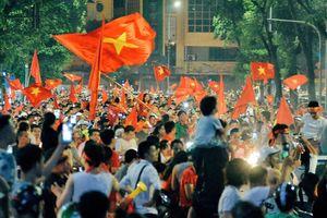 Người hâm mộ đổ ra đường mừng chiến thắng của tuyển Olympic Việt Nam