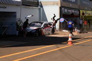 Kinh hoàng cảnh xe đua mất lái lao 'điên cuồng' khiến 3 người trọng thương