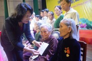 Tặng quà cho gia đình chính sách và trẻ em nghèo ở Quảng Ngãi