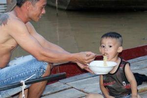 Giữa trời nắng, hàng nghìn ngôi nhà ở xứ Nghệ bị ngập trong biển nước