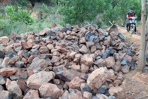 Gia Lai: Mỏ quặng đóng cửa, dân khoét đồi, đào đất khai thác lậu