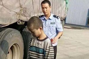 Trung Quốc: Bé trai bám dưới gầm xe tải suốt 1.000 km
