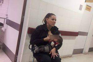 Nữ cảnh sát cho trẻ suy dinh dưỡng bú qua cơn đói gây 'bão' mạng xã hội