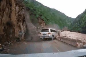 Clip: Cả vách núi đổ sập, xe 7 chỗ suýt bị vùi lấp