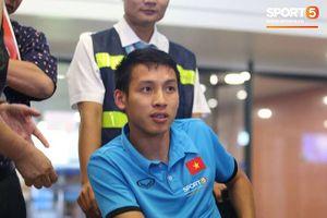 Chia tay Olympic Việt Nam, Đỗ Hùng Dũng ngồi xe lăn trở về