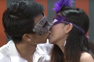 Khán giả 'Date & Kiss' nóng mặt khi xem người chơi ôm hôn táo bạo