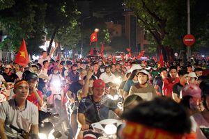 Clip: Khách Tây cũng choáng ngợp với không khí bóng đá ở Việt Nam