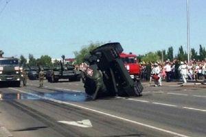 Diễu binh vừa xong, xe tăng Nga lật ngang