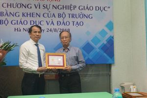 Bộ GD&ĐT trao'Kỷ niệm chương vì sự nghiệp giáo dục' và Bằng khen đến lãnh đạo, phóng viên báo Dân trí