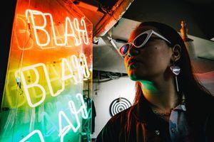 Không cần đến HongKong, bạn vẫn sáng tạo được bộ ảnh check-in đèn màu cực chất