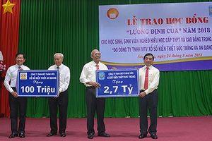 Trao học bổng cho 425 học sinh, sinh viên nghèo