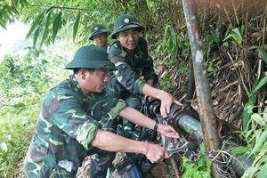 Bộ đội biên phòng thuê máy, hàn ống nước cho người dân biên giới sau lũ