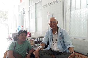 Cùng điều trị ung thư phổi, nghệ sĩ Lê Bình đề nghị mọi người dồn sức cho Mai Phương