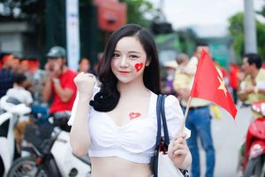 Báo Hàn 'phát cuồng' trước vẻ đẹp nóng bỏng của 'hot girl ngủ gật' sau kỳ tích U23 Việt Nam