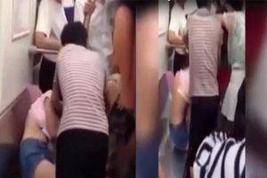 Người phụ nữ lột áo cô gái trẻ vì không chịu nhường ghế trên tàu điện ngầm