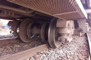 Tàu SE7 trật bánh đường ray giao thông tê liệt nhiều giờ