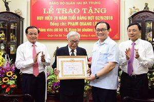 Bí thư Thành ủy Hoàng Trung Hải trao Huy hiệu 70 năm tuổi Đảng tại quận Hai Bà Trưng