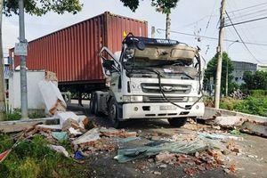 Cổng chào đè bẹp ca bin container, tài xế bị thương nặng