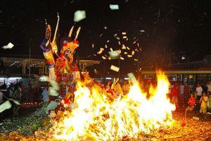 Người Malaysia đốt lễ vật cúng cô hồn, cầu vận may trong tháng 7