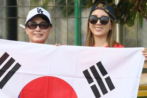 Hai mẹ con lỡ hẹn Son Heung-min nhưng may mắn gặp HLV Park Hang-seo