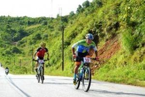 Hơn 100 tay đua xe đạp địa hình khám phá Lũng Pô