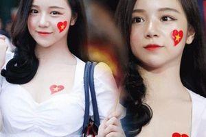 Nữ cổ động viên U23 Việt Nam được báo Hàn ca ngợi vì quá xinh
