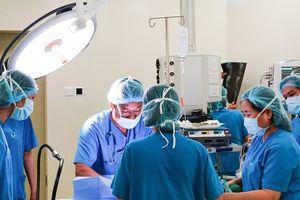 Phẫu thuật phình đại tràng cho bé 2 tháng tuổi mắc nhiều bệnh bẩm sinh