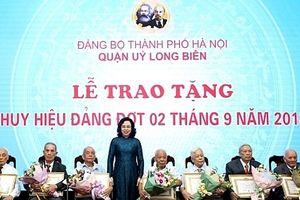 Thành ủy Hà Nội trao Huy hiệu Đảng cho đảng viên lão thành