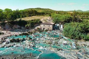 Đắm chìm trong dòng suối nước nóng có một không hai tại Ý