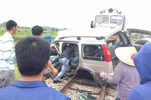 Đi thắp hương ngày rằm, ôtô 7 chỗ bị tàu hỏa tông, hai người tử vong