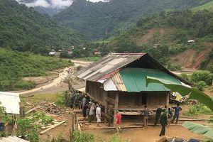 Di dời 2 nhà dân bị sạt lở sau mưa lũ đến nơi an toàn