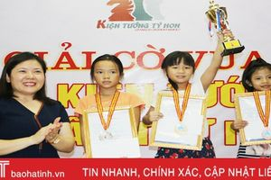 Nữ kỳ thủ cờ vua nhí đất Thành Sen